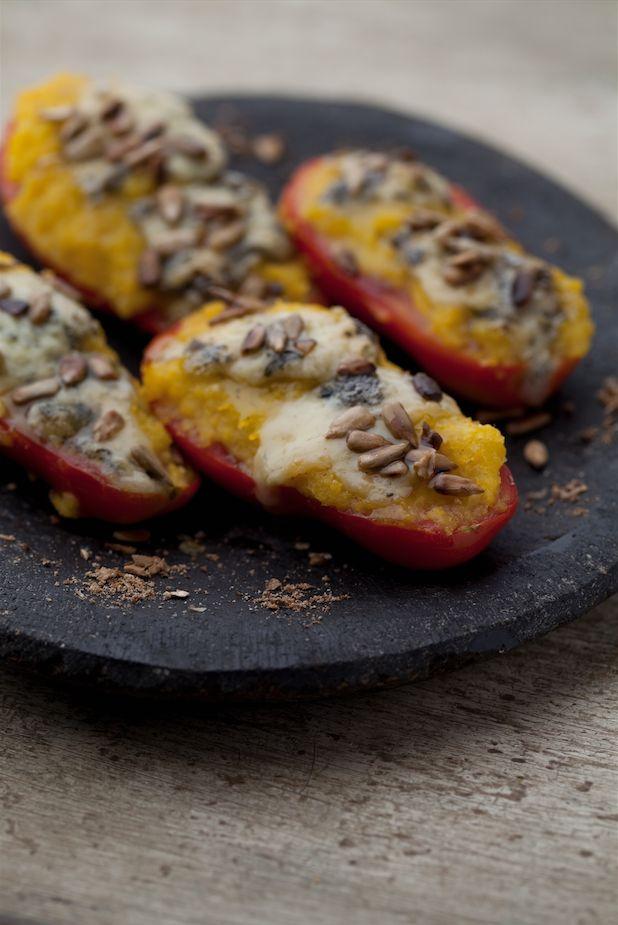 Tomates rellenos con pastelera y queso azul - Revista Platos y Copas.