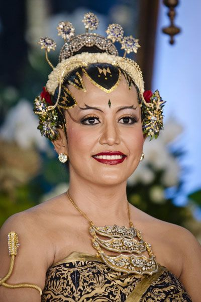 Photos: Indonesia royal wedding | Gusti Kanjeng Ratu Hayu poses for a photograph during her wedding ceremony in Bangsal Kesatriyan at Kraton Palace on October 22, 2013 in Yogyakarta, Indonesia. Picture: Getty Images