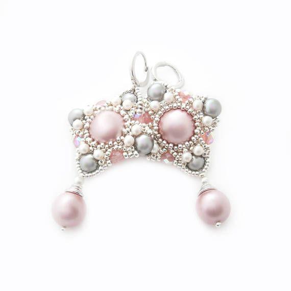 Gli orecchini sono fatti di grande perla di polvere rosa Swarovski intrecciato con perline fatti a mano netto. La rete è fatta di perline Miyuki e Swarovski e imitato perle. Inoltre, ho usato perline con effetto lucentezza rainblow per accentuare le ombre tenere di rosa in questo modello. Perline e perle sono rinforzati con filo di nylon indurito. Fermagli anallergici placcato in rodio. Gli orecchini sono lunghe 6 cm (2.4 pollici).