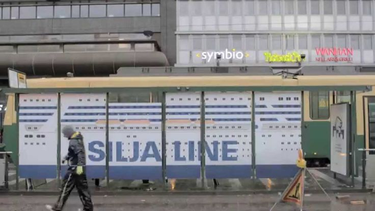 Tallink Siljan Harri Hylje leikittää ratikkapysäkillä, Helsinki, viikko 43, 2014