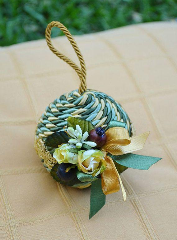 """PALLA """"NATALIA"""" PICCOLA - Verde / Oro - PatriziaB.com  Palla natalizia rivestita con cordone in seta e adornata da passamaneria e fine decoro di roselline in stoffa e fiocchi di raso bicolore"""