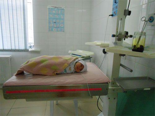 Первые минуты жизни новорожденного в роддоме. Уход за новорожденным, обследования, оценки по шкале Апгар. Прививки в роддоме и документы на выписку