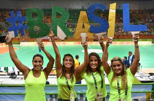 Brasilianische Fans unterstützen ihr Handballteam vor dem Spiel gegen Polen mit selbst gebastelten Brasil-Buchstaben. Foto: