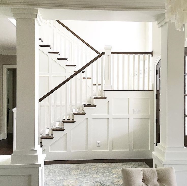 White molded staircase, I'm in love with this!