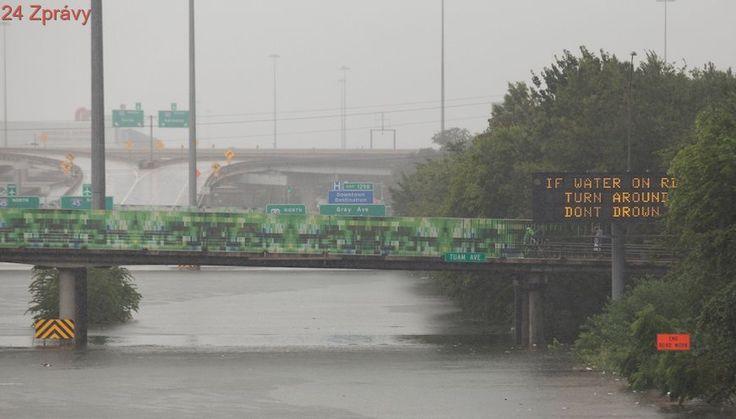Z ulic Houstonu jsou řeky. Počet obětí záplav roste, škody za miliardy dolarů