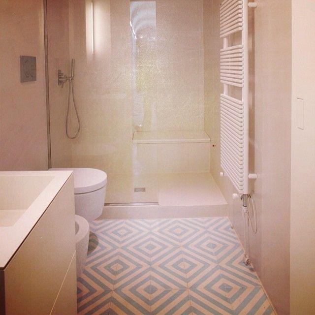 Herringbone icicle/milk  #marrakechdesign #kakel #klinker #fliser #tiles #cement #cementtiles #claessonkoivistorune #ckr #design #casa #betongplattor #milano #renovering #kök #kitchen #badrum #bathroom #golv #flooring #floor #herringbone #icicle #maroccan #marockanskt #marrakechgolv #handmade #handgjort  WWW.ORLANDINOTTI-RE.COM