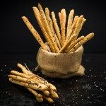 Κριτσίνια ολικής άλεσης με αλεύρι ζέας και μυρωδικά της Μεσογείου. Άκρως εθιστικά! - Whole wheat emmer flour grissini flavored with Greek herbs. Highly addictive!