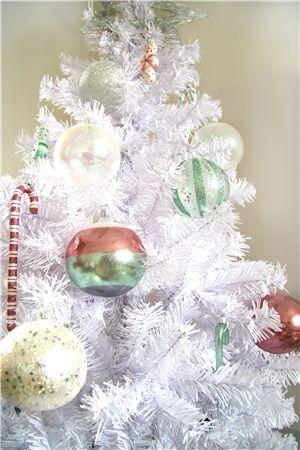 Sapin de Noël artificiel: arbre de Noël blanc ornés des suspensions en verre en couleurs rose, vert menthe et blanc
