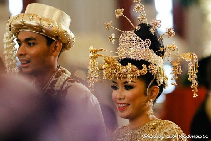 Rangkaian bunga melati juga melengkapi penampilan baju adat pasangan pengantin pada pernikahan adat Betawi.
