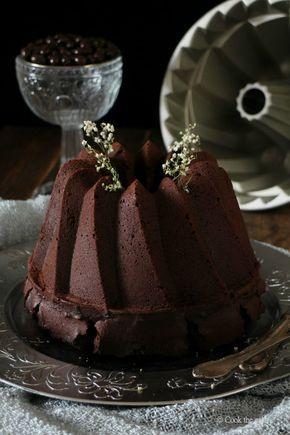 Bundt cake de chocolate y café con salsa de frutas rojas