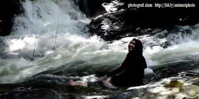 photografi wanita berkerudung di wisata alam
