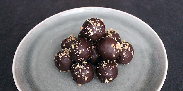 De her snickerskugler er noget nær det lækreste, jeg længe har smagt. De laves af kun fire ingredienser, og så smager de som vaskeægte Snickers – disse kan blot spises med bedre samvittighed.