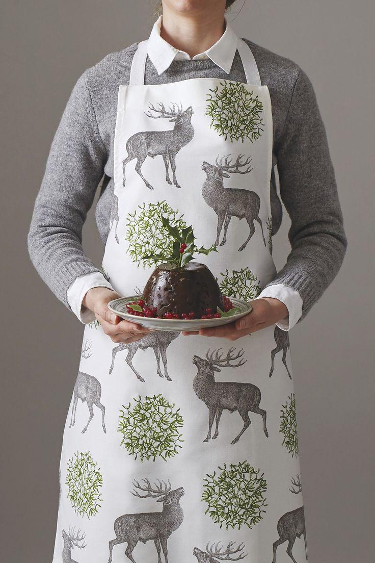 Baumwoll Küchenschürze festlichem Mistelzweig Druck von Thornback & Peel. Ein ausgefallenes Design im typisch britischen Stil. Jetzt online kaufen bei Selection Gustavia. #weihnachtsbäckerei #weihnachtszeit