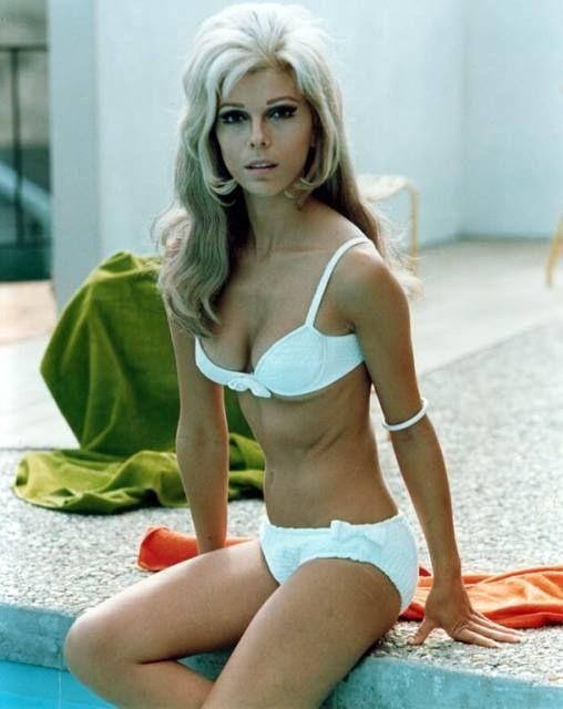 Звезда 60-х Нэнси Синатра (дочь Фрэнка Синатры) сегодня выпускает в декабре 2013 года новый альбом (только в электронной форме). Сейчас Nancy Sinatra 73 года. А вот, как это было в 1966-м: http://www.youtube.com/watch?v=Wlco8BYSpWQ