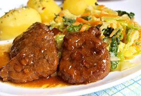 Na cibuli a slanině podušené kostky hovězího plecka podlité vývarem, servírované s omáčkou připravenou ze šťávy z podušeného masa a s podušenou kapustou promíchanou s mrkví a bramborem.