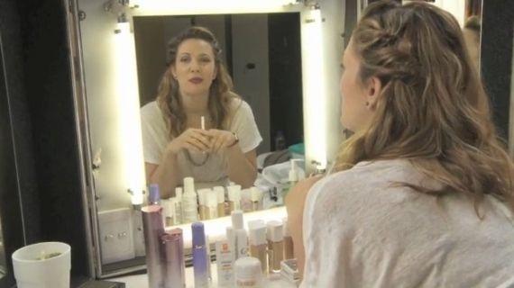 Surfando na onda dos vídeos de beleza na internet, a atriz hollywoodiana Drew Barrymore agora tem o seu canal com dicas de maquiagem.