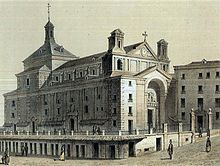 Antiguo Convento de San Felipe el Real, en la Puerta del Sol (Madrid, España). Fue construido en 1546 y destruido en 1838.  xilografía de 1878. Se puede ver la lonja (denominada mentidero) y las denominadas covachas debajo de la lonja.