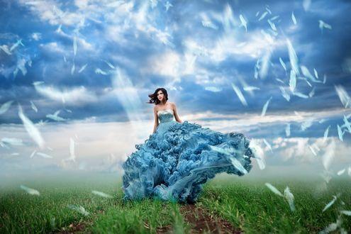 Обои Девушка в голубом платье идет по тропе, вокруг нее летают белые перья, модель Настя, фотограф Мария Липина