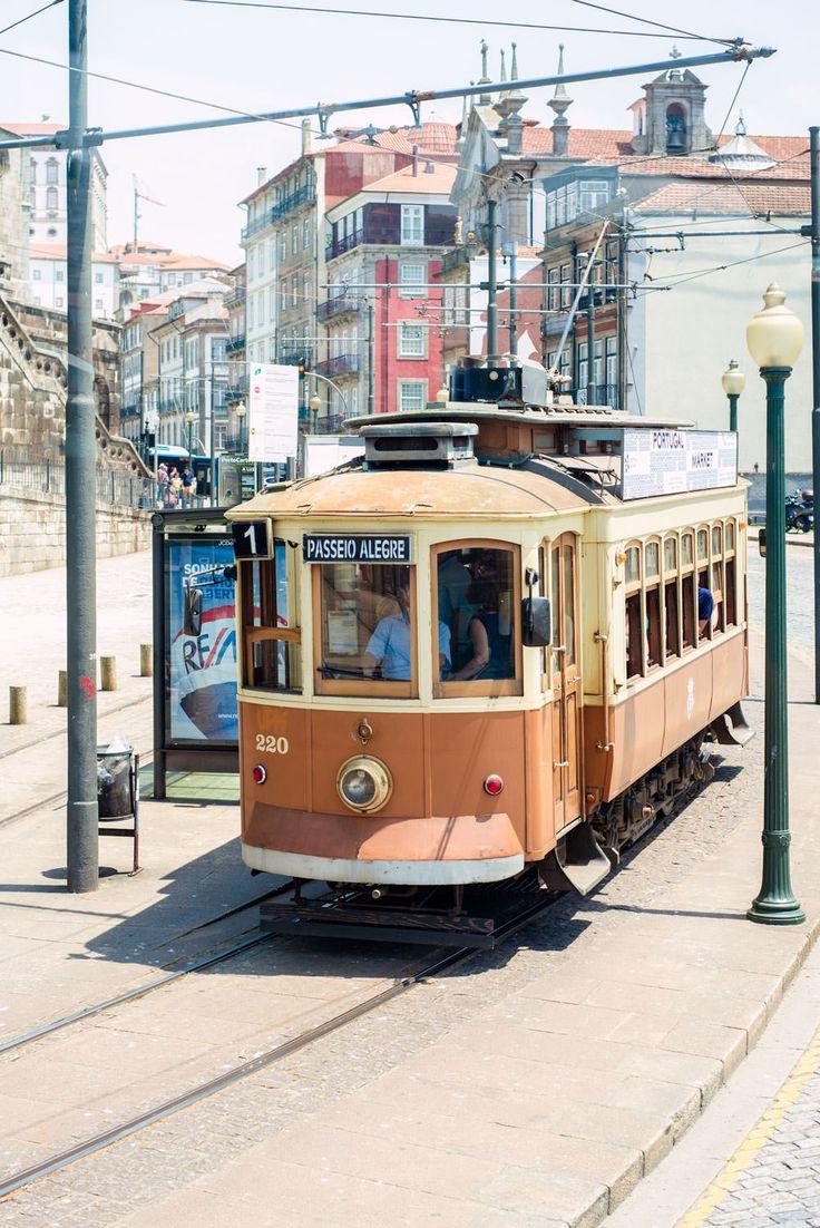 Wybierasz się do Porto? Oto garść praktycznych informacji których potrzebujesz przed wyjazdem. Jak poruszać siępo Porto Porto ma świetną komunikację publiczną którą można dojechać w dowolne miejsce: autobusy oraz metro. Pojazdy są nowe, czyste i szybkie. Miasto ma jednak bardzo surową politykęw stosunku dogapowiczów,kara to ok.100euro za osobę. W Twoim interesie jest przypilnowanie biletu bo...  Czytaj dalej »