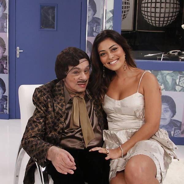 Chico Anysio travestido do personagem Alberto Roberto posa para foto ao lado da atriz Juliana Paes
