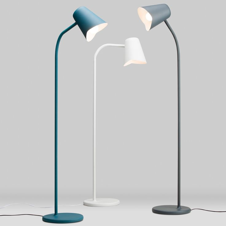 Me golvlampa med blå lack. Me är en golvlampa designad just för dig, med lugna stunder av avkoppling i åtanke. Formen är okomplicerad och snygg, vilket gör det lätt att placera lampan i var som helst i hemmet. Me golvlampa är tillverkad i pulverlackerad metall med en sömlös silikonhylsa som gör lampan justerbar.
