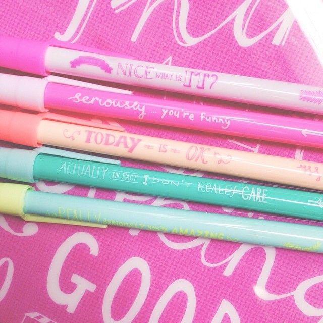 Pennen in vrolijke kleuren met leuke quotes.