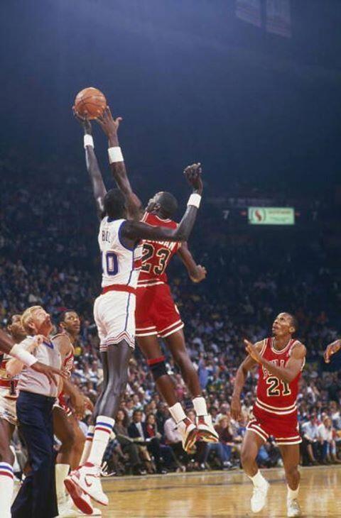 """Manute Bol Vs Michael Jordan. 7'7"""" vs 6'6"""" ?"""