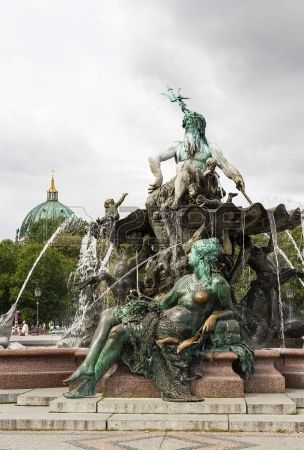 La fuente de Neptuno en Berl n fue construido en 1891 y fue dise ado por Reinhold Begas Foto de archivo