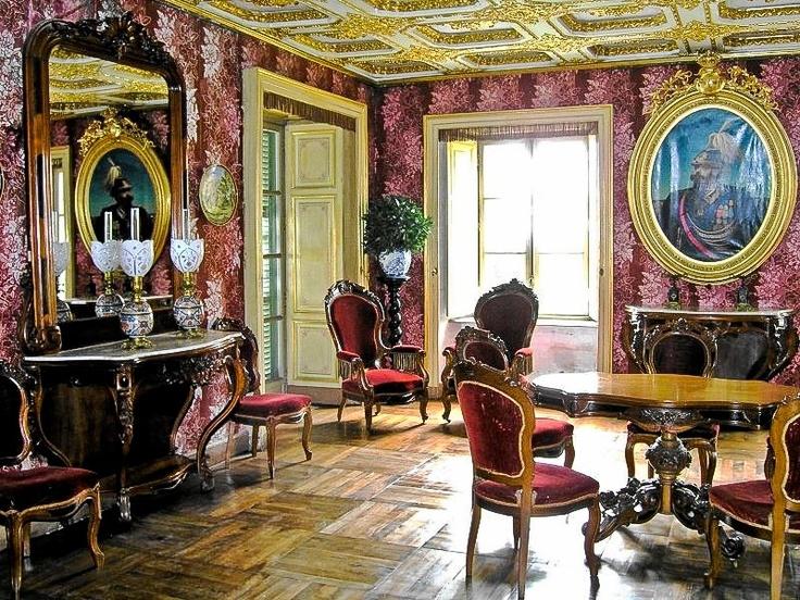 """PPARTAMENTI REALI DI BORGO CASTELLO  Vicino alla Reggia de La Venaria Reale, considerata il fulcro del sistema delle residenze reali dei Savoia, si estende il Parco Naturale La Mandria con il Borgo Castello. Qui si trovano gli appartamenti privati di Vittorio Emanuele II, primo re d'Italia, e di Rosa Vercellana, sua sposa morganatica dal 1869, divenuta famosa come """"la Bella Rosin""""."""