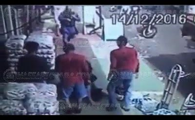 Vídeo mostra momento que vendedor de água dá 'voadeira' em bandido durante fuga: ift.tt/2hJkLRb