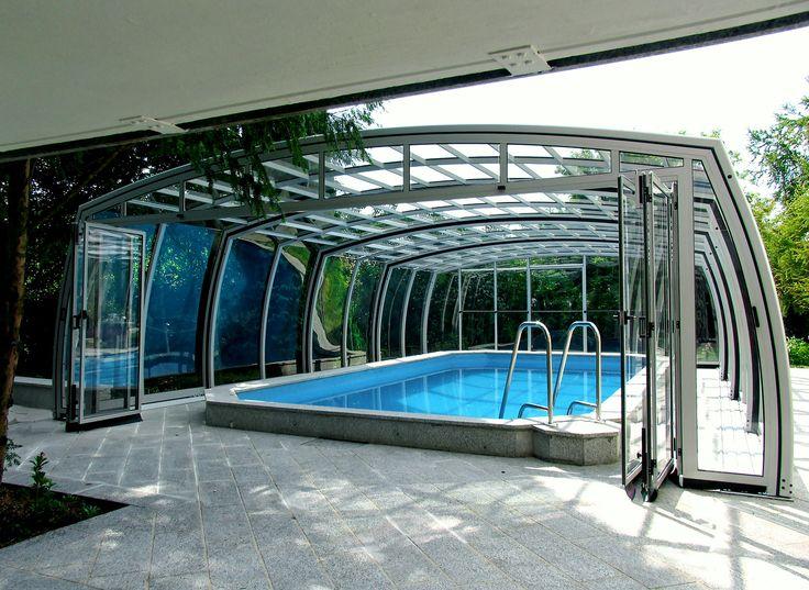 Posuvné zastřešení typu OMEGA je vysoké, plně podchozí kryt na bazén od Alukovu.