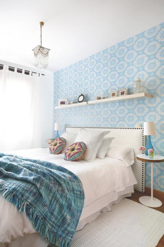 Personaliza la pared  Con un papel vistoso es fácil. Coordínalo con los accesorios (lámparas, manta, alfombrade) y mantén el mobiliario blanco.  Las baldas Lack, de Ikea, dan soporte extra.