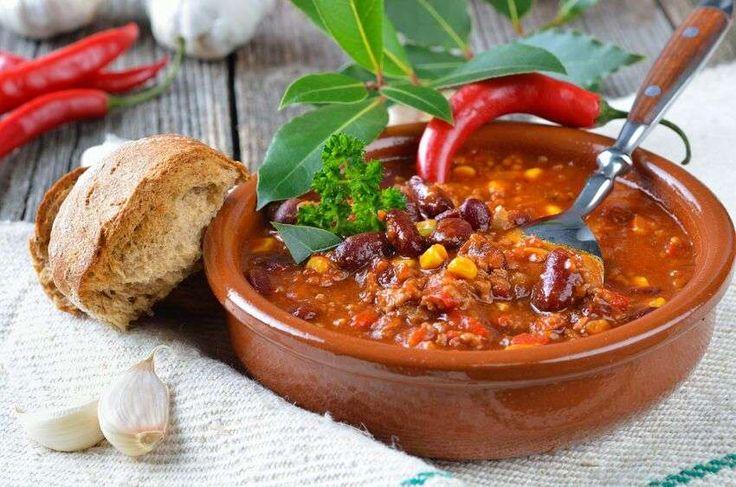 Il chili con carne è un piatto tipico messicano. Consiste in un piatto a base di carne e fagioli speziati, generalmente accompagnato con le tortillas di mais. <br />In america è una vera e propria...