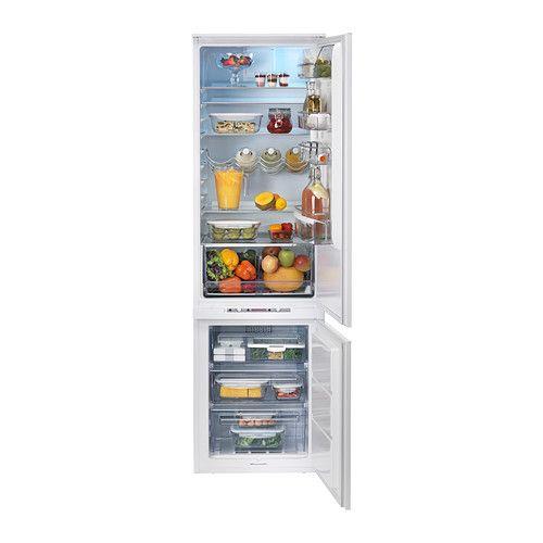 IKEA - HÄFTIGT, Integrerat kyl-/frysskåp A  , 5 års garanti. Läs om villkoren i garantibroschyren.5 flyttbara hyllplan i härdat glas gör att du kan anpassa din förvaring efter behov.En inbyggd fläkt sprider luften och upprätthåller en alltigenom jämn temperatur, så att du kan använda hela utrymmet och förvara alla sorters mat överallt.Reglaget för snabbnedkylning gör att du snabbt kan kyla ner färsk mat eller hyllan för drycker, perfekt efter storhandling.Du behöver aldrig avfrosta eller…