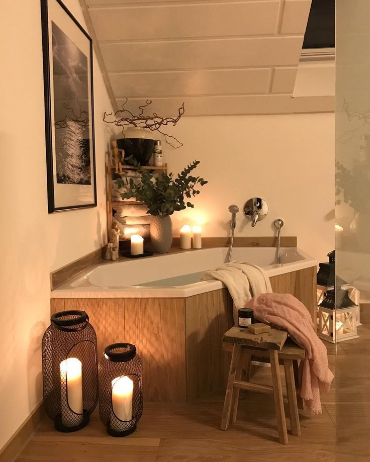 Ab in die Wanne! Da würden Wir jetzt auch gerne drinnen liegen. Eine gutes Buch, ein paar Kerzen und einem Beautyabend steht nichts im Wege. Die Stumpenkerzen Rustica von unsere WestwingBasics Kollektion sorgen für ein einzigartiges Wohlfühlambiente beim Baden! // Badezimmer Badewanne Dekoration Deko Ideen Hocker Laterne Bilde Kerzen Kerzenschein #Badezimmer #BadezimmerIdeen #Dekoration @weltenbunt