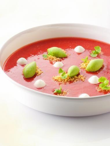 Soepje van aardbeien met basilicumijs http://njam.tv/recepten/soepje-van-aardbeien-met-basilicumijs