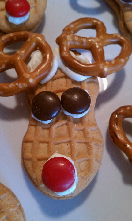 Red Nosed Rudolph cookies: super easy, fun Christmas craft for little fingers!