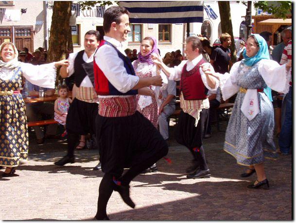 Traditionelle Trachten sind noch immer sehr beliebt und auf jedem Fest zu finden!