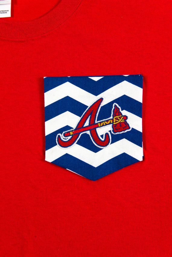 Baseball fans show your team spirit with this red short sleeved T-shirt with Chevron pocket and Atlanta Braves embroidery! Pocket is sewn on