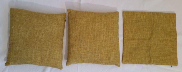 3 x Kissenbezug Dekokissen 2 x Kissen Microfaser Füllung Kissenfüllung   Verkaufe 3 Kissenbezüge von Strauss, Maße ca. 40 x 40 cm, waschbar bei 40° C, Material: 84 % Polyester, 16 % Baumwolle  sowie   2 Kissen mit den gleichen Maßen (die Bezüge sind aufgezogen), waschbar bei 60° C, Material Bezug: 100 % Polyester Microfaser, Füllung: ca. 200 gr 100 % Poyester Faserbällchen, insgesamt aus schadstoffgeprüften Textilien.  Kissen und Bezüge wurden kaum benutzt.