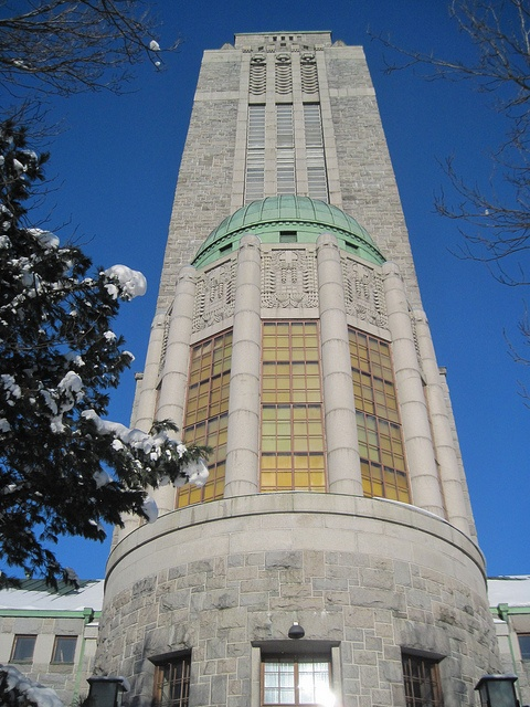 The spectacular Kallio church was designed by well-known architect Lars Sonck at the end of the nineteenth century. It was built of grey granite in 1912 onto a high place from where its handsome tower looms over the city. represents the Finnish national romantic school of architecture, as well as a change to Art Nouveau.