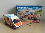 Playmobil, PLAYMOBIL 6685 ambulance med lys og lyd, Playmobil,  Orginal embalage medfølger og alle dele.  Fra et røg og dyr frit hjem. Samlet, dog ikke helt da vores dreng er for lille. Alle dele følger med. Nogle sket ikke brugt.   PLAYMOBIL City Life ambulance med lys og lyd (6685). Når der sker en ulykke i den hyggelige PLAYMOBIL-by, er lægerne hurtigt fremme ved ulykkesstedet. Når lægerne kører rundt i deres veludstyrede ambulance, som har sirene og virkelighedstro lyde og...