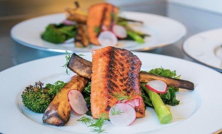 Härligt karamelliserad laxmed färgrik grönkål och palsternacka, imponera med restaurangmat i ditt eget kök.