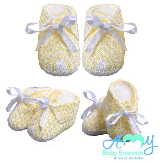 Sapatinhos em crochê branco com amarelo com lindo laço em cetim. Compre online www.amybabyenxovais.com.br Siga nosso instagram amy_baby_enxovais