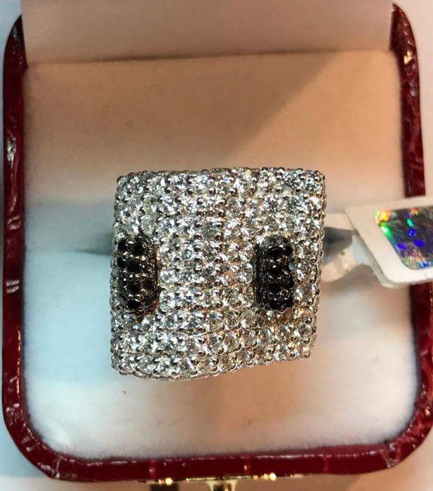"""Ring """"Jonge Zebra""""  Jonge ZebraIn perfecte staat - nieuwUitgevonden en handgemaakt door professionele juwelenontwerpster. Slechts één soort in de wereld (niet replica).18 kt (750) witgoud150 natuurlijke diamanten elke 18 mm 375 tcw132 onbehandelde kleurloze diamanten F/SI1 3.29 ct18 zwarte diamanten 046 ctDe ring werd geïnspecteerd door de Letse Republiek juwelen inspectie en een tag (natuurlijke diamanten) heeft evenals een mark (gouden zuiverheid)  EUR 1.00  Meer informatie"""