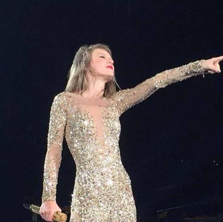 "Taylor Swift singing ""Out of The Woods"" at the 1989 tour in DC 7/14/15"