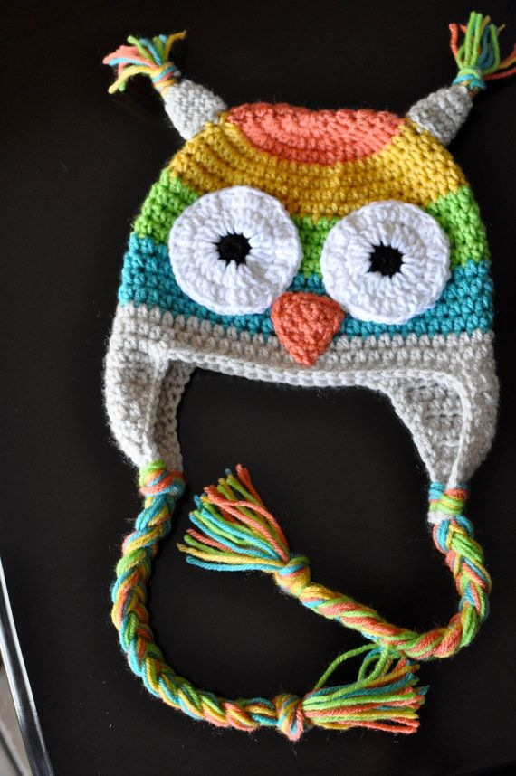Colorido arco iris buho Crochet gorro con orejeras y trenzas. Por favor me mensaje si quieres diferentes colores de lo que está en la foto. El sombrero se hace del hilado de acrílico en una mascota gratis y humo hogar gratis.  Te recomiendo lavar el sombrero con la mano y acostado para que se seque.