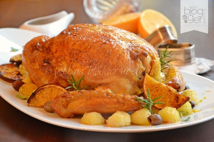 Pollo ripieno delle feste, un sontuoso e scenografico piatto a base di pollo, con un appetitoso ripieno di salsiccia, carne macinata, olive e formaggio.