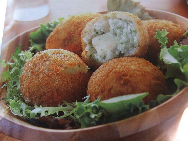 """Hay una gran variedad de """"arancini"""", las típicas bolas de arroz, o croquetas rellenas de queso, de salami o de cualquier cosa que se nos ocurra.   Habitualmente las hago con una base de risotto, pero esta vez probé con una receta de una amiga que aprendió a hacerlas en Italia y me parecieron muy ricos y muy fáciles de hacer."""