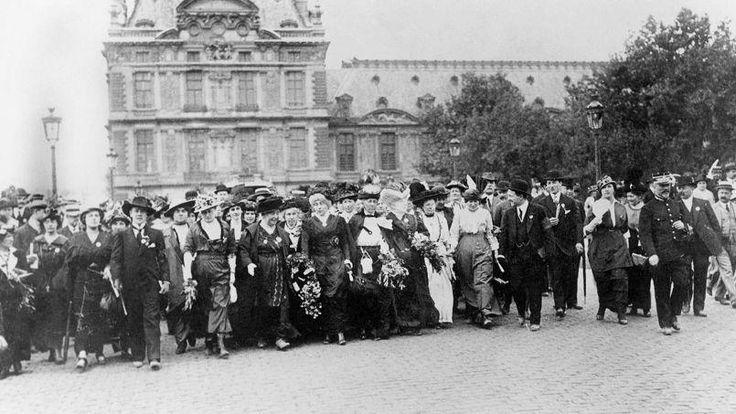 Manifestation féministe à Paris pour le droit de vote des femmes conduite par la militante Séverine, en juillet 1914.